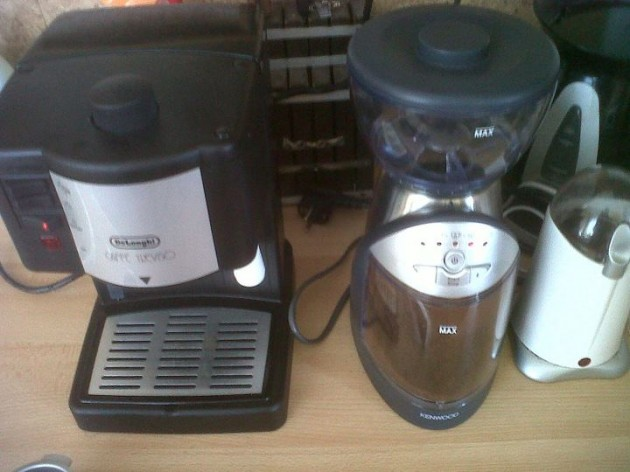 Zapneme kávovar, aby sa zohrial a zatiaľ pomelieme kávu