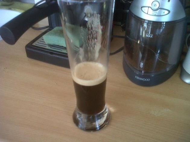 Prelejeme kávu do veľkého pohára. Pridáme cukor a zamiešame.