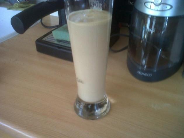 Pridáme 2 smotany do kávy. Ostatné dorovnáme mliekom a pridáme rozdrvený ľad.